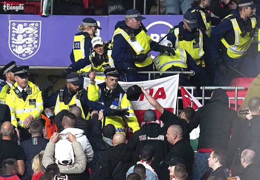 Người hâm mộ Hungary đụng độ với cảnh sát Anh tại vòng loại World Cup 2022