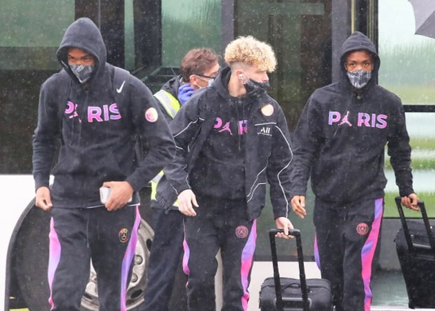 Tin hot 4/5: Mbappe đi tập tễnh ra sân bay đến Manchester