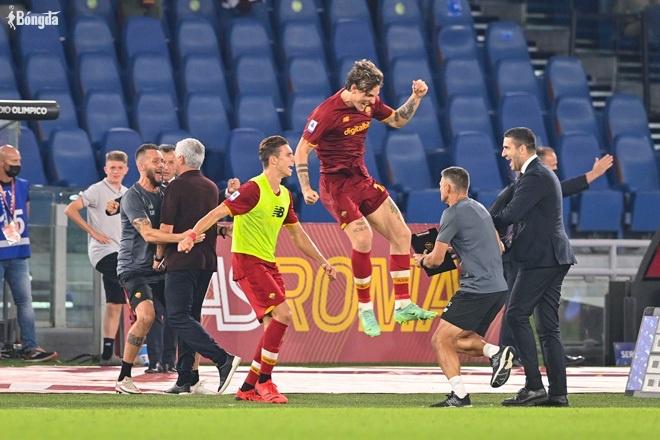 Roma thắng kịch tính, HLV Mourinho ăn mừng cuồng nhiệt trong chiến thắng thứ 1000