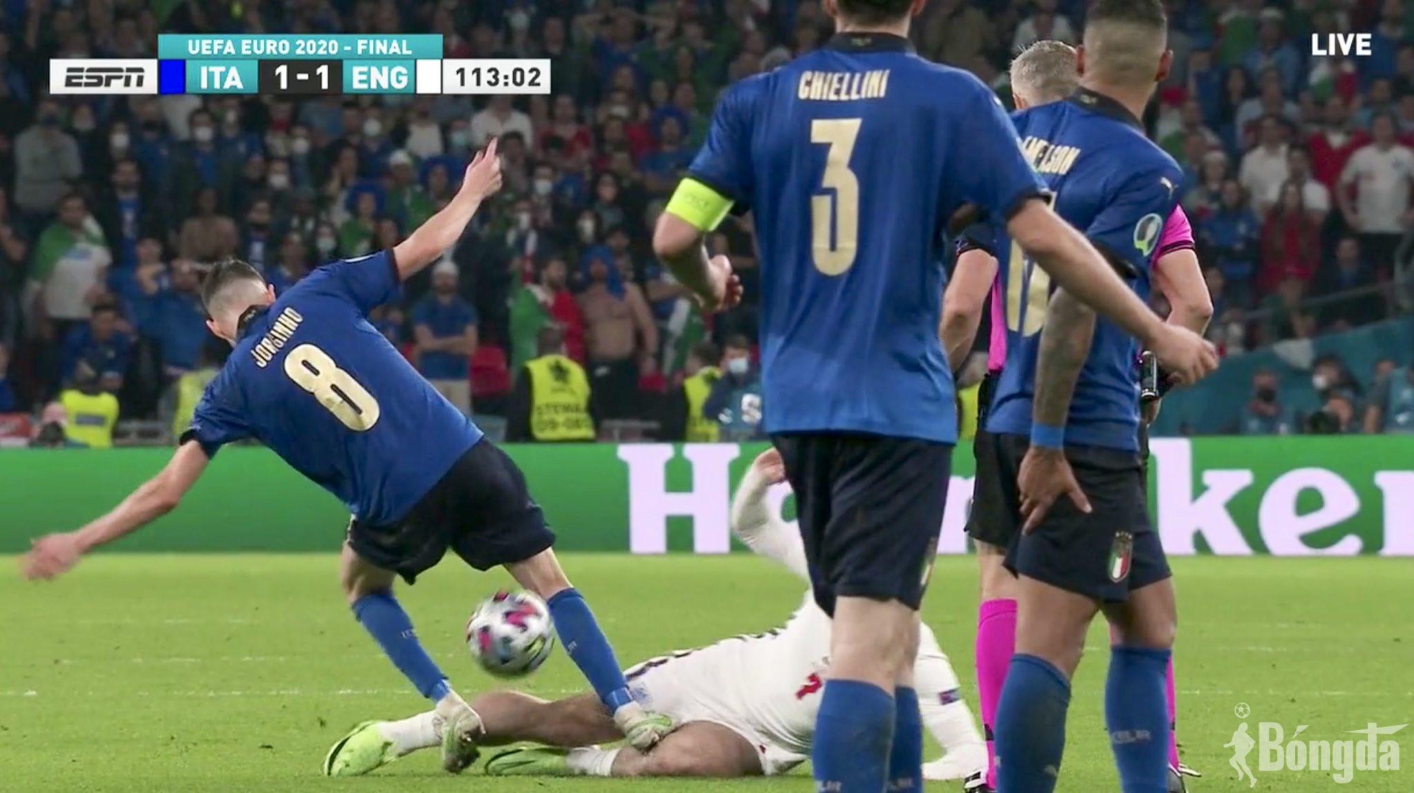 EURO 2020: Tuyển Anh bức xúc vì Jorginho thoát thẻ đỏ sau pha đạp gầm giày vào Grealish