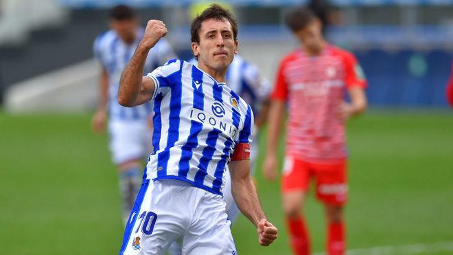 Mikel Oyarzabal thực hiện thành công quả phạt đền bằng chân trái