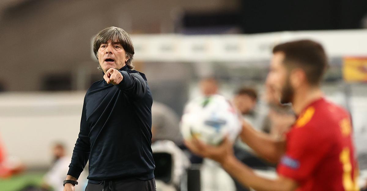 Joachim Loew tiếp tục làm huấn luyện viên đội tuyển Đức sau thất bại bẽ bàng
