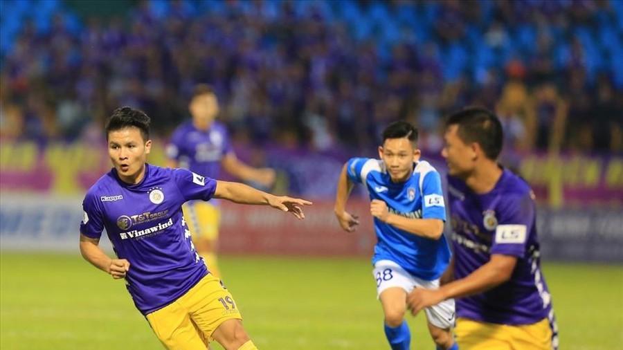 Quang Hải sút tung lưới của thủ thành Tuấn Linh mở tỉ số cho CLB Hà Nội