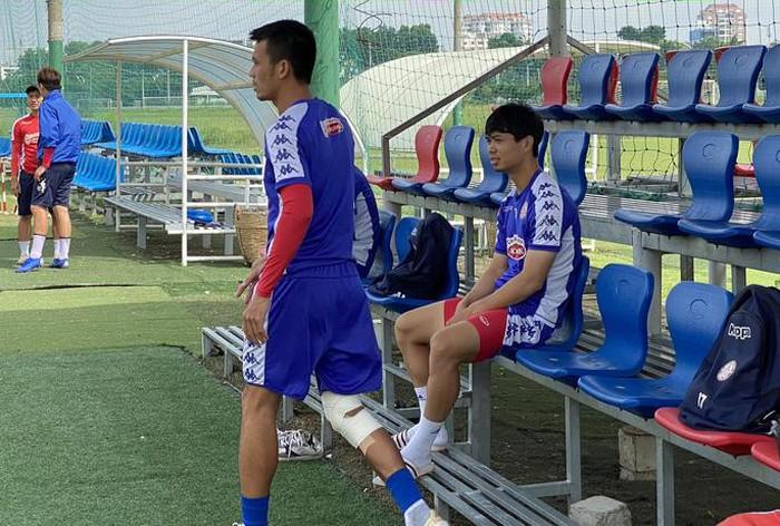 Công Phượng ngồi ngoài không thể luyện tập cùng đồng đội do bị chấn thương