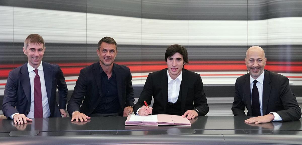 Tonali trong buổi ký kết hợp đồng với AC Milan