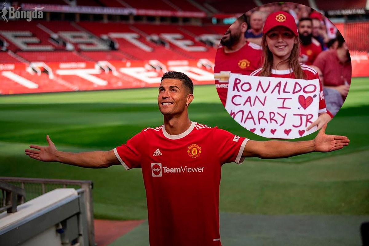 Fan nhí náo động sân Old Trafford vì hỏi cưới con trai Ronaldo