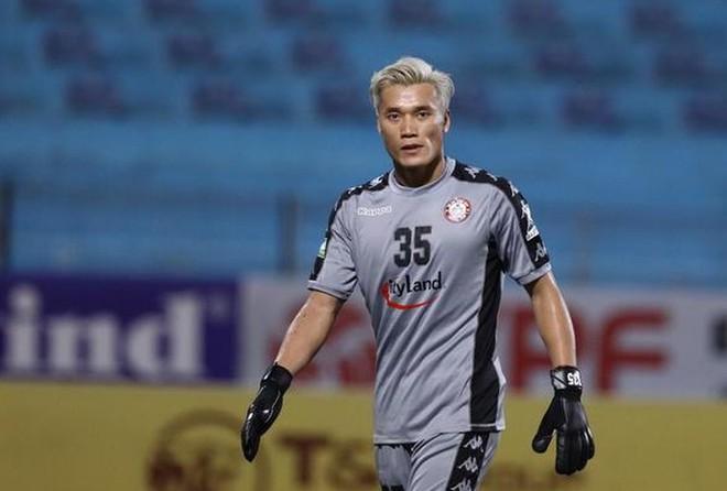 """Bùi Tiến Dũng """"bị gạch tên"""" khỏi trận derby với Sài Gòn"""