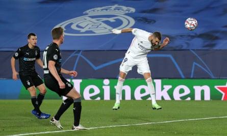 Hai pha đánh đầu của Karim Benzema giúp Real Madrid giành chiếc vé vào vòng 16 đội