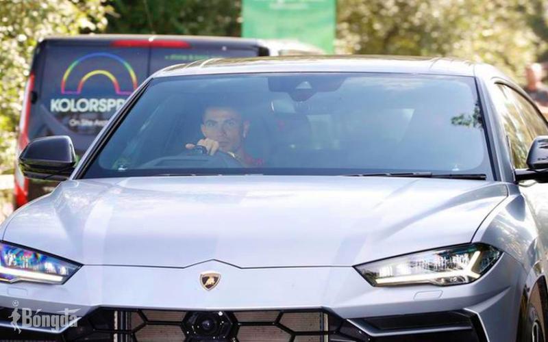 """Vừa đến Manchester United, Ronaldo lái luôn """"siêu xe"""" Lamborghini đi tập bóng"""