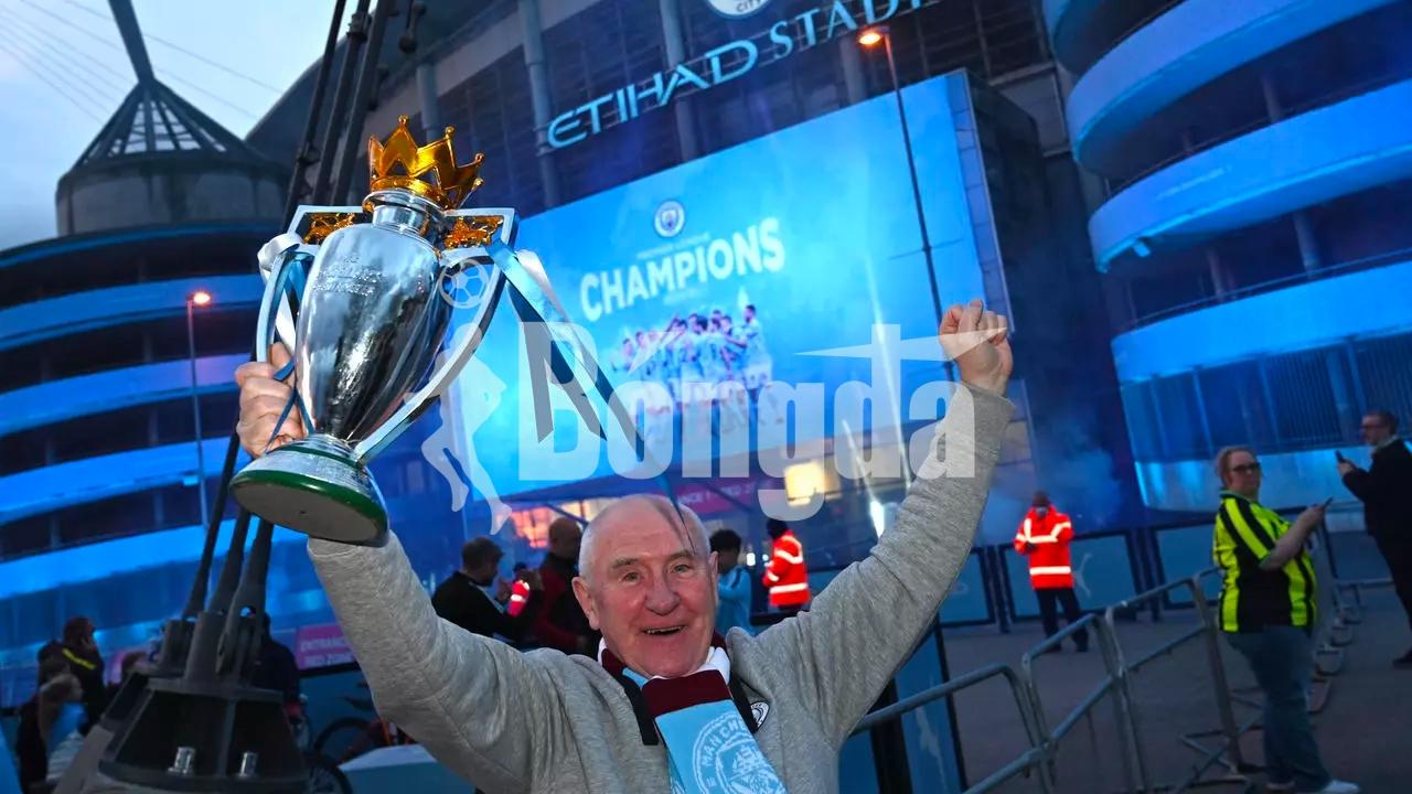 Tin mới bóng đá 12/5: Fan Man City tụ tập ăn mừng danh hiệu vinh quang