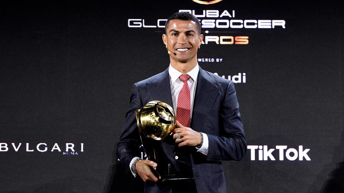 Cristiano Ronaldo đã có một cử chỉ đáng kinh ngạc với Robert Lewandowski tại Globe Soccer Awards