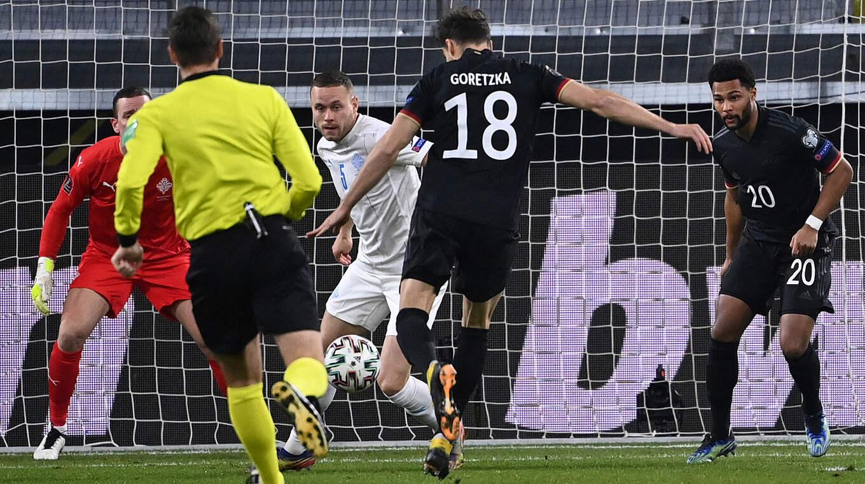 Leon Goretzka và Manuel Neuer của Bayern Munich vui mừng khi giúp ĐT Đức đả bại Iceland với 3 bàn không gỡ