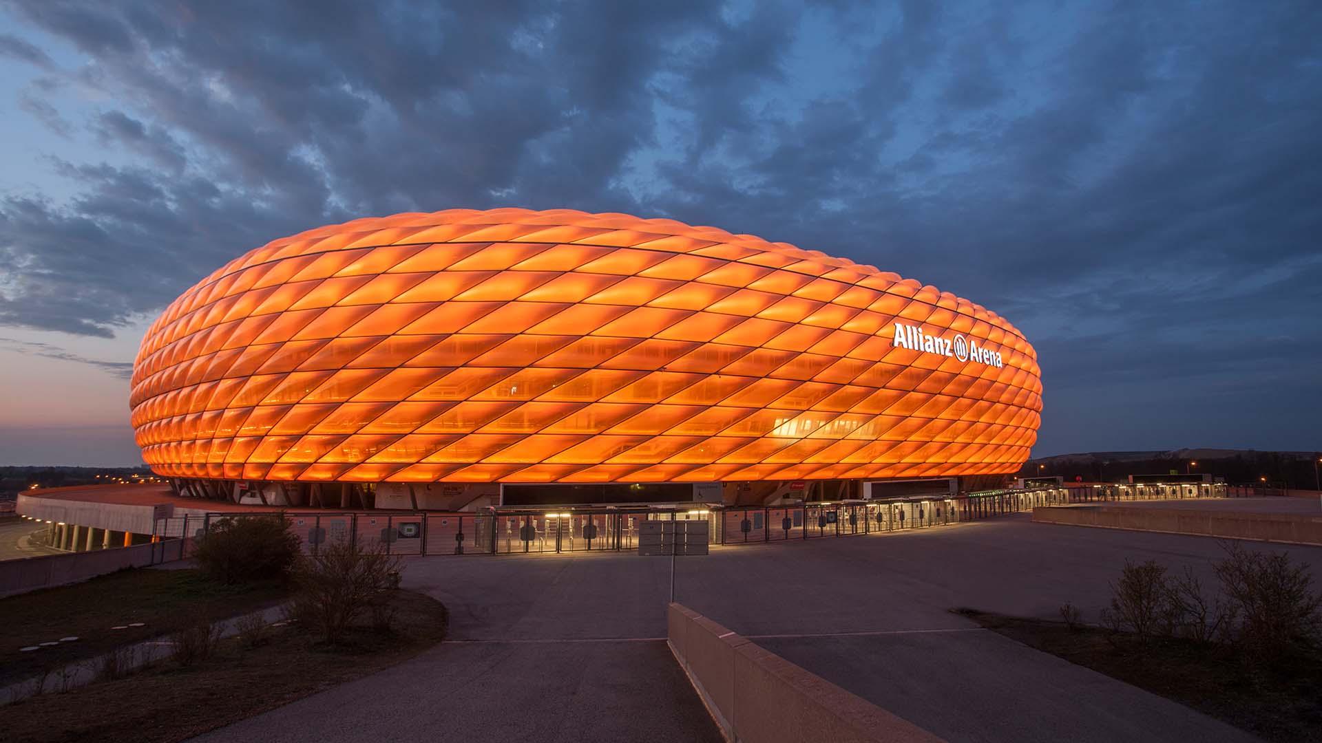 Allianz Arena được thắp sáng bằng màu cam