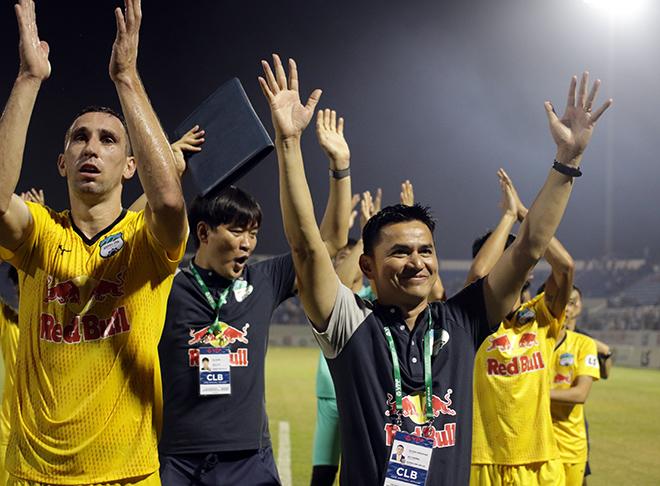 """Thầy trò Kiatisak thay phiên nhau """"rinh"""" hết giải thưởng V-League"""