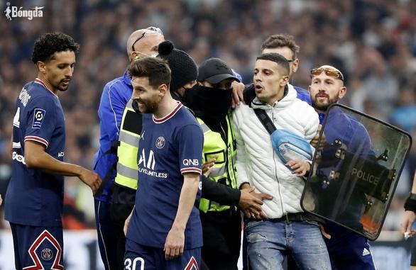 """Hỗn loạn trận derby nước Pháp: Messi, Neymar bị fan cuồng """"tấn công"""""""