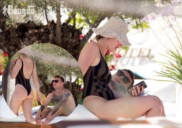 """""""Bỏng mắt"""" Kieran Trippier quấn quýt bên vợ, đảo Ibiza bỗng hóa thiên đường"""