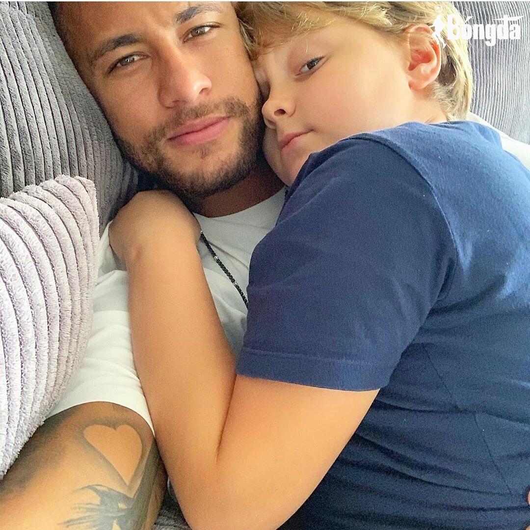Bên ngoài thị phi đeo bám, về nhà Neymar là ông bố hoàn hảo
