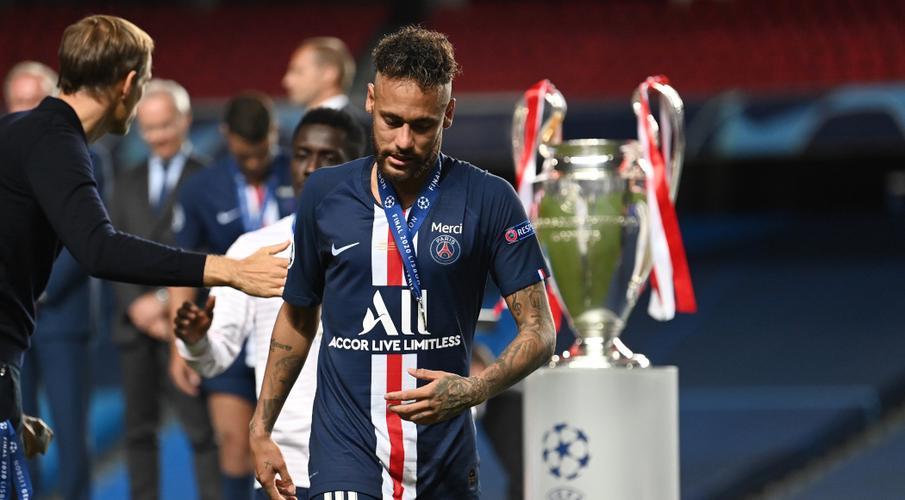 Neymar đứng không vững trên bục trao giải Champions League 2020 (Ảnh: Internet)