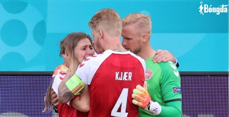 Người phụ nữ bật khóc khi thấy Eriksen gã ngục trên sân là ai?