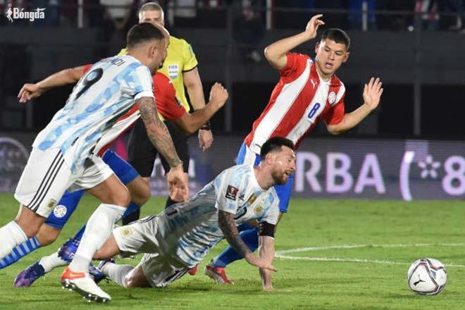 "Messi bị cầu thủ Paraguay ""chặt chém"", bị fan bao quanh xin chụp ảnh"