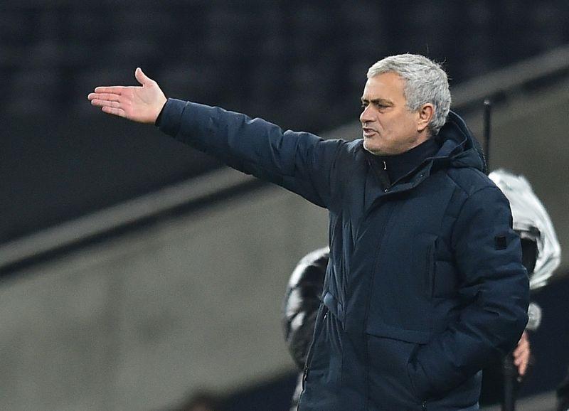 Jose Mourinho than vãn về thất bại liên tiếp của Tottenham trước đối thủ