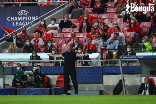 Sau thất bại trước Benfica, Sergio Busquets và Frenkie de Jong lên tiếng về tương lai của Ronald Koeman
