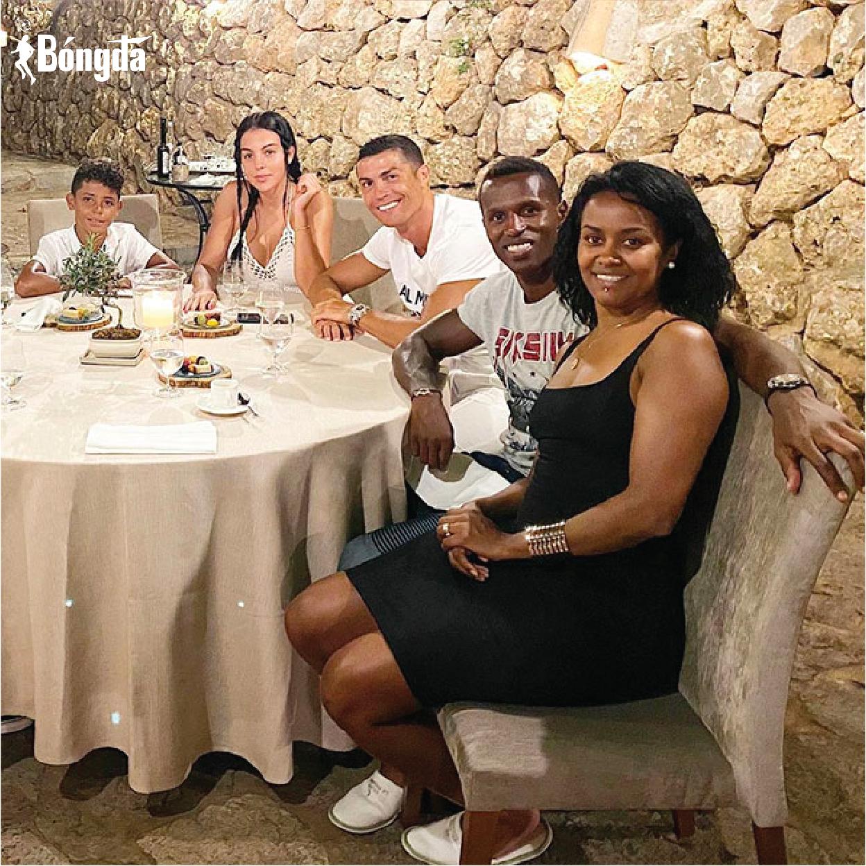 MU chia điểm, Ronaldo đăng ảnh tươi cười...chia buồn cùng bạn thân